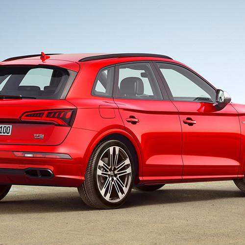 Audi SQ5, Halbseitenansicht von hinten, stehend, rot