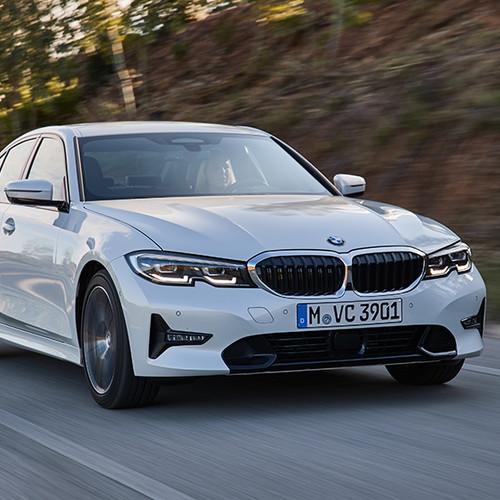BMW 3er, Halbseitenansicht von vorne, fahrend, weiß