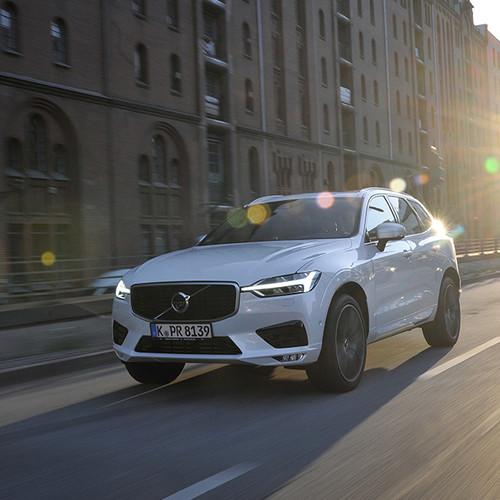 Volvo XC60, Halbseitenansicht von vorn, fahrend, weiß