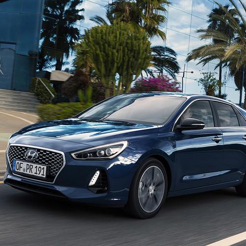 Hyundai i30, Halbseitenansicht von vorn, fahrend, blau