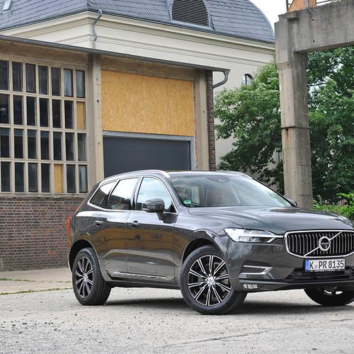 Volvo XC60, Halbseitenansicht von vorn, stehend, grau