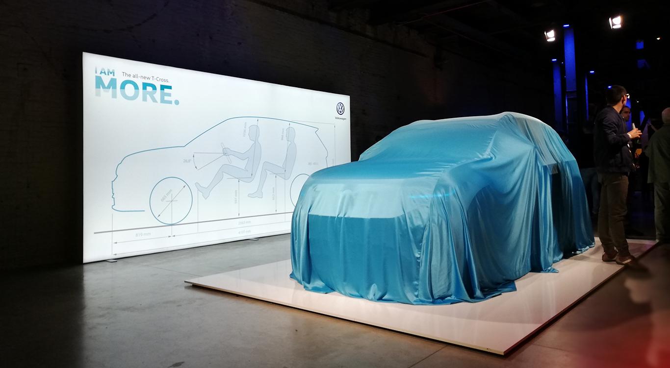 Noch verhüllt: Vor dem Beginn der eigentlichen Show ließ uns der VW T-Cross schon seine Formen erahnen.