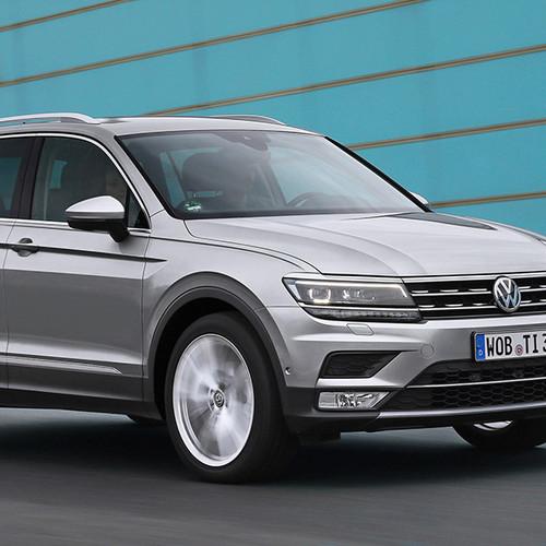 VW Tiguan, Halbseitenansicht von vorn, fahrend, silbergrau