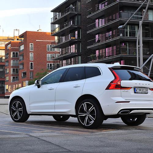 Volvo XC60, Halbseitenansicht von hinten, stehend, weiß