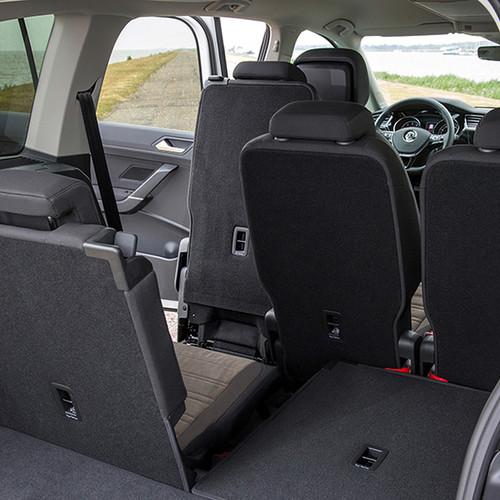 VW Touran, Bick durch den Kofferraum auf die teils umgeklappte Rückbank