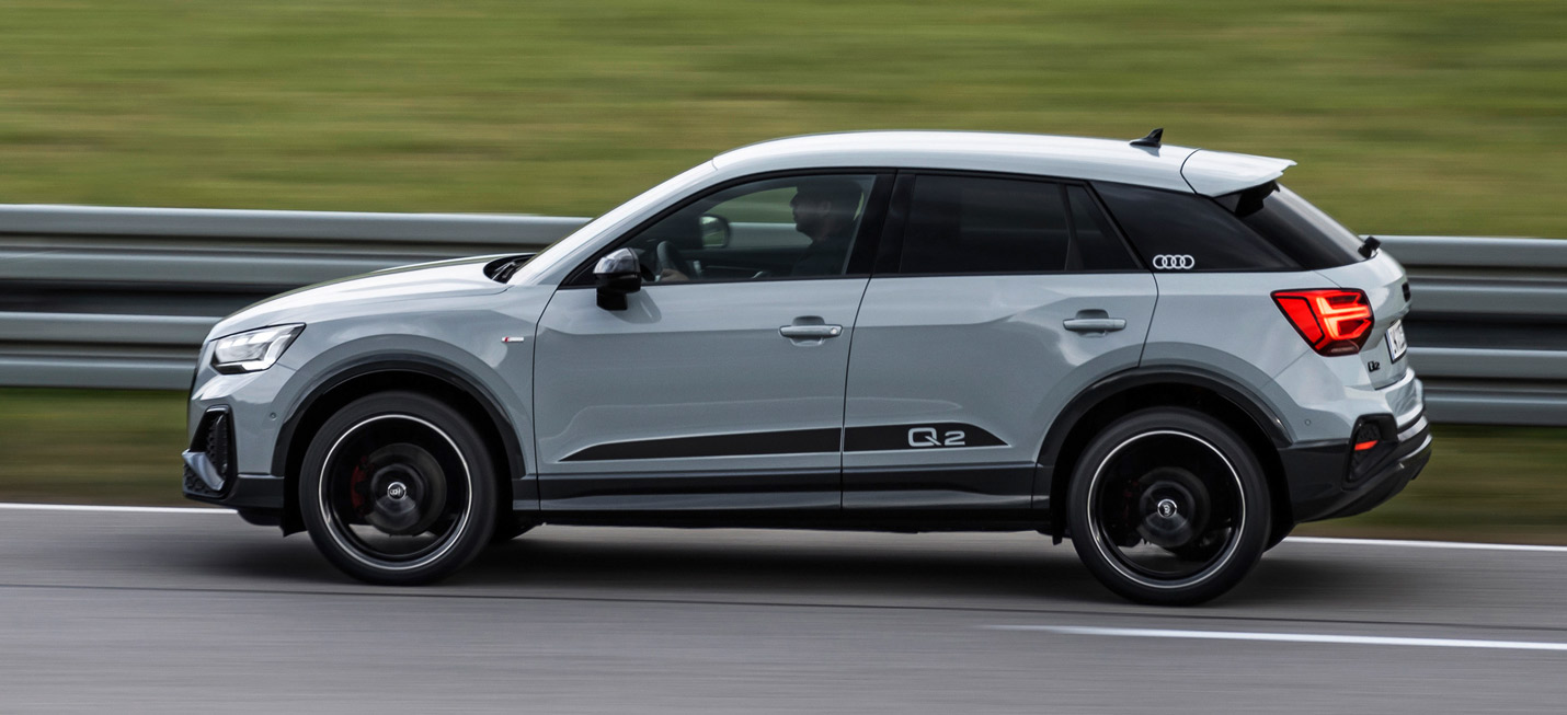 Audi Q2, Seitenansicht, fahrend, grau