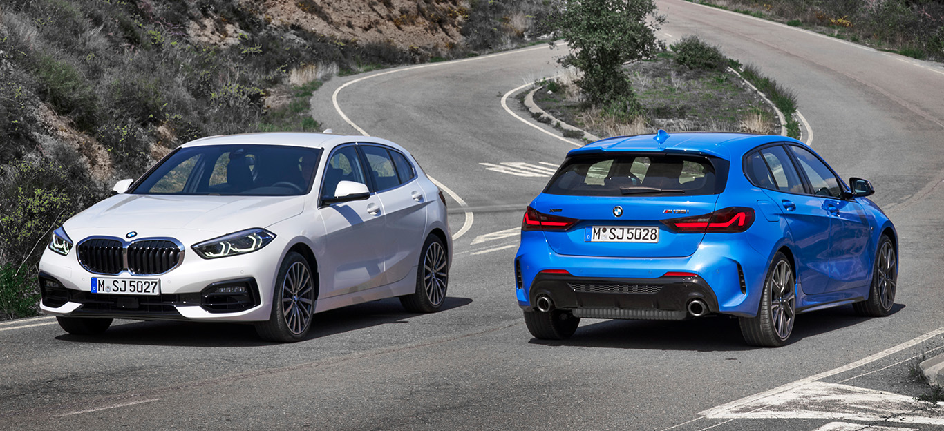 BMW 1er 2019, zwei Modelle in weiß und blau, Seitenansicht von vorne und hinten, stehend