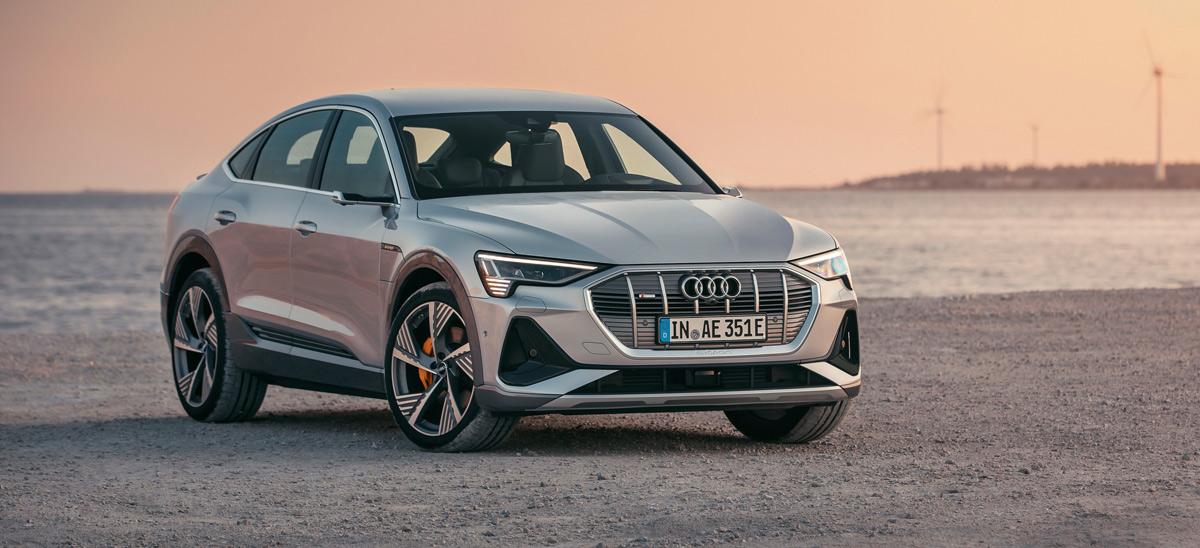Audi etron Sportback, Halbseitenansicht von vorne, stehend, grau
