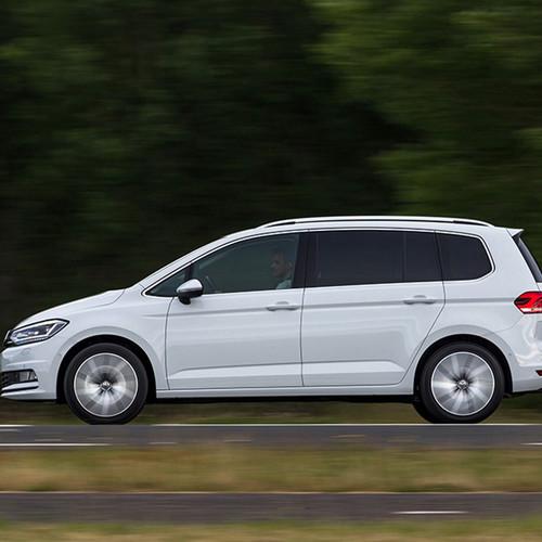 VW Touran, Seitenansicht, fahrend, weiß