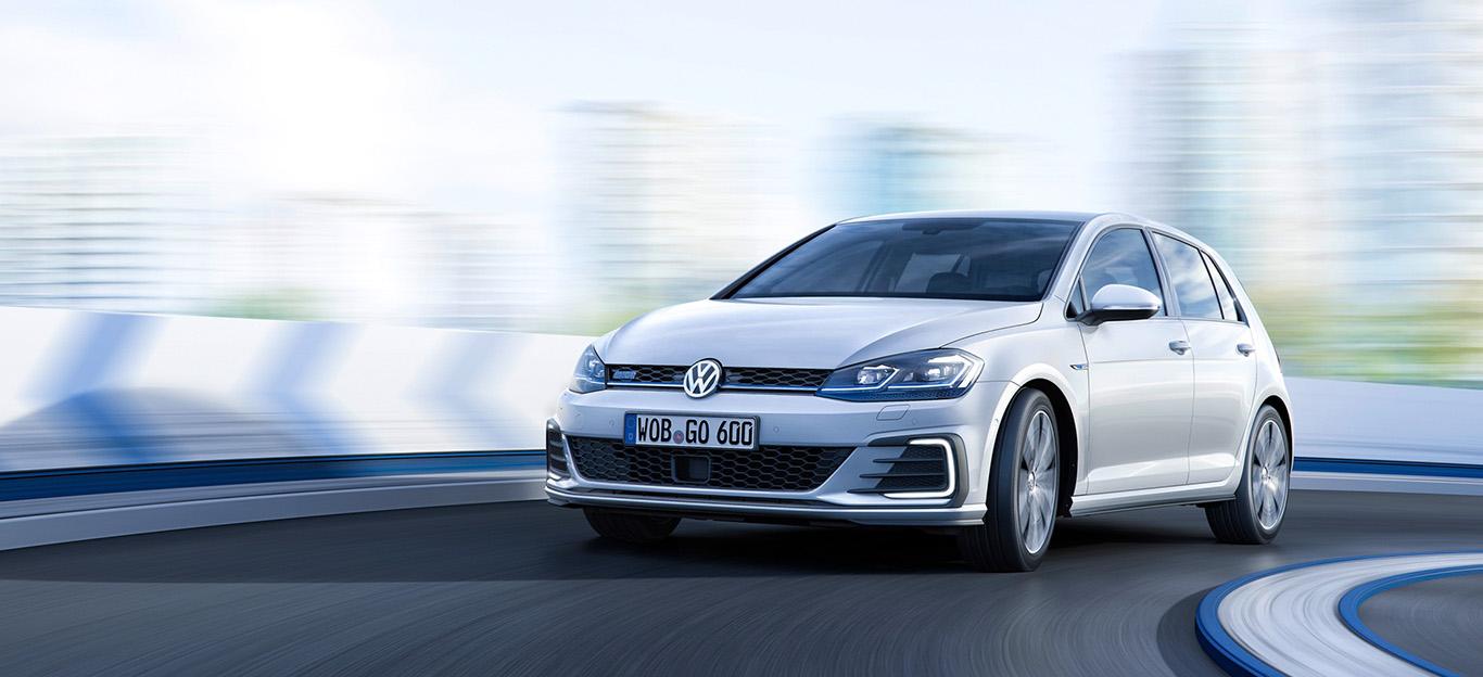 VW Golf GTE, Halbseitenansicht von vorn, fahrend, weiß