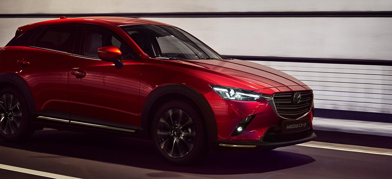 Mazda CX-3, Halbseitenansicht von vorn, fahrend, rot