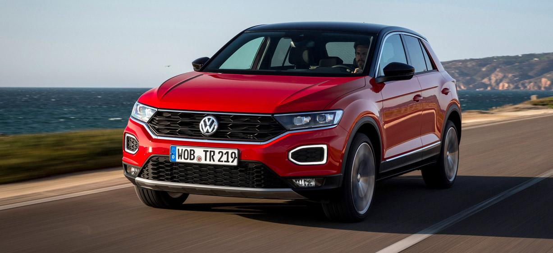 VW T-Roc, Halbseitenansicht von vorn, fahrend, rot