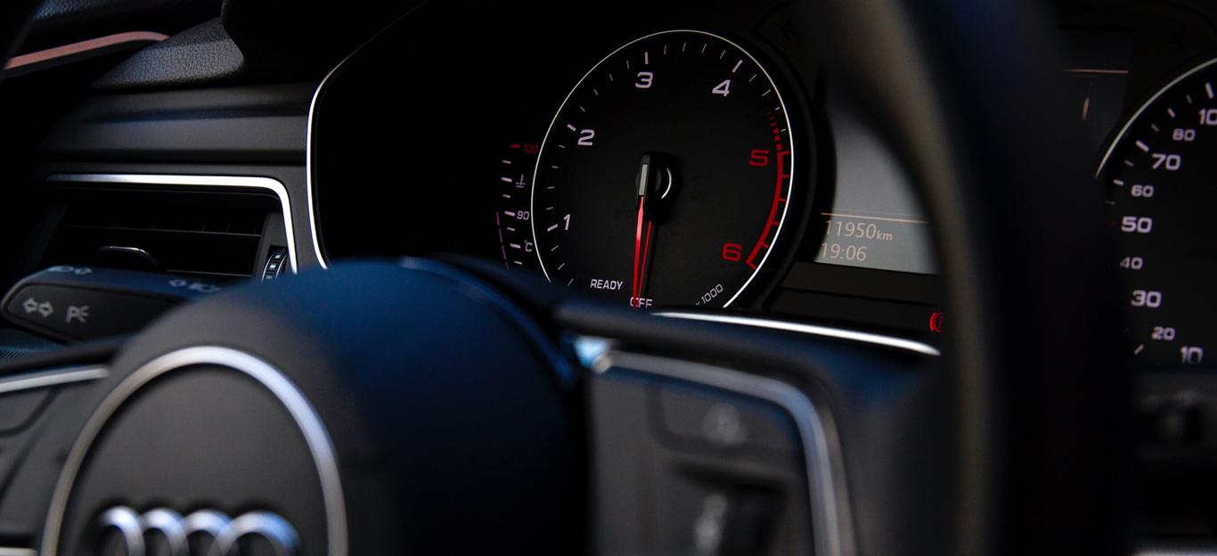 Instrumententafel eines Audi-Modells.