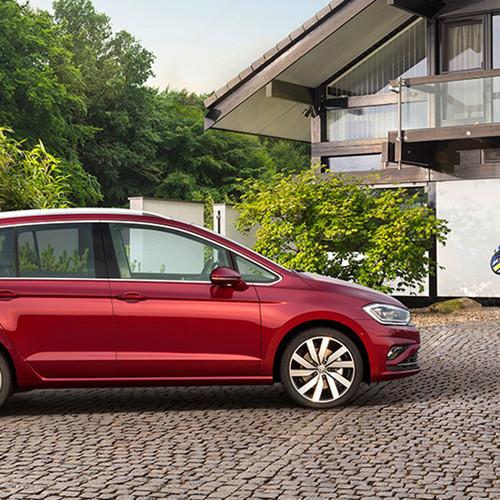 VW Golf Sportsvan, Seitenansicht, stehend, rot