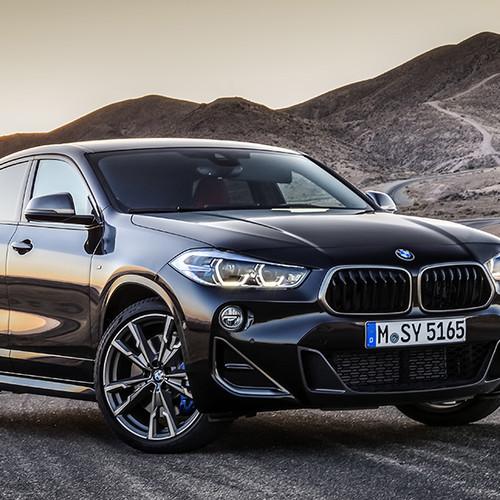 BMW X2 M35i, Halbseitenansicht von vorn, stehend, schwarz
