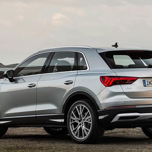 Audi Q3 2019, Halbseitenansicht von hinten, stehend, silbergrau