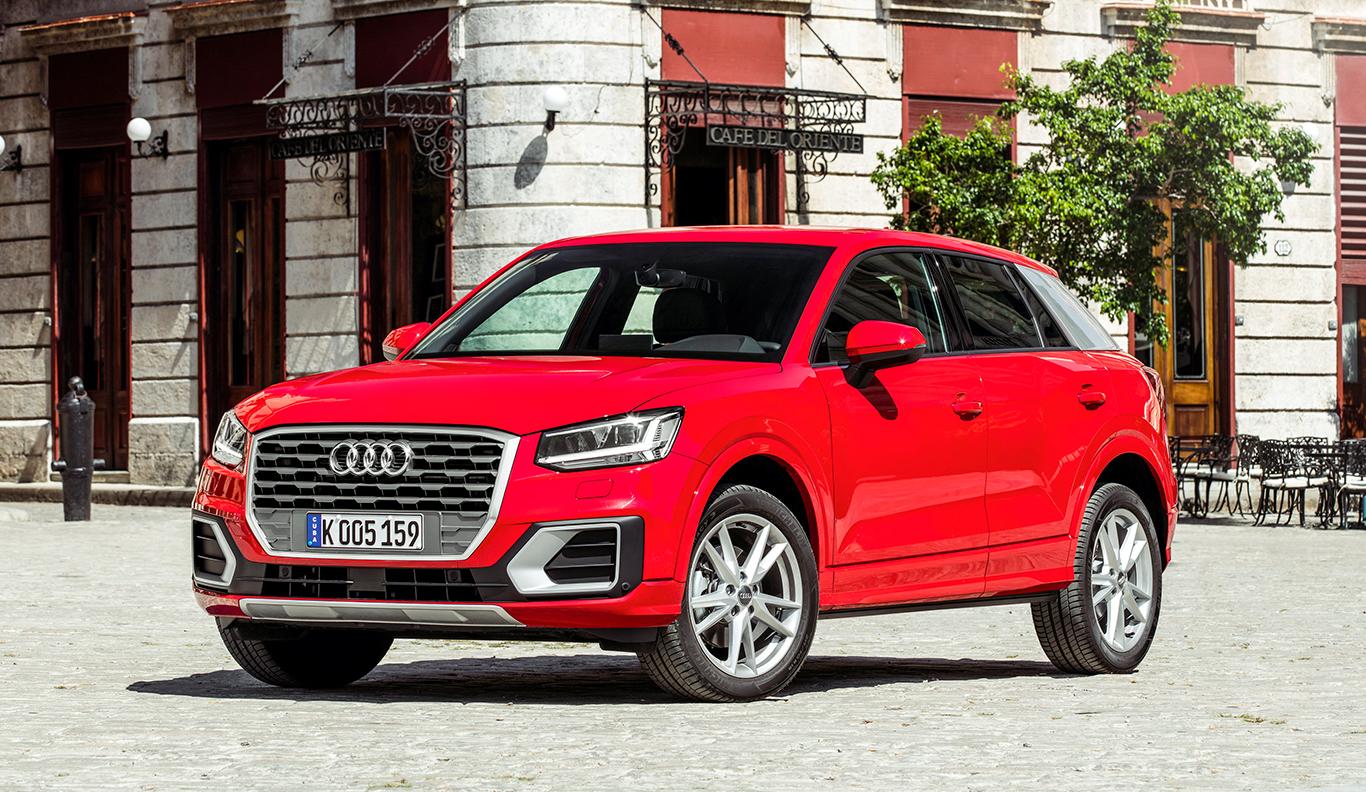 """Der Audi Q2 """"sport"""", erkennbar am eissilberfarbenen Blade an der C-Säule. Schweller und Radkasten-Rahmen sind in Wagenfarbe gehalten."""