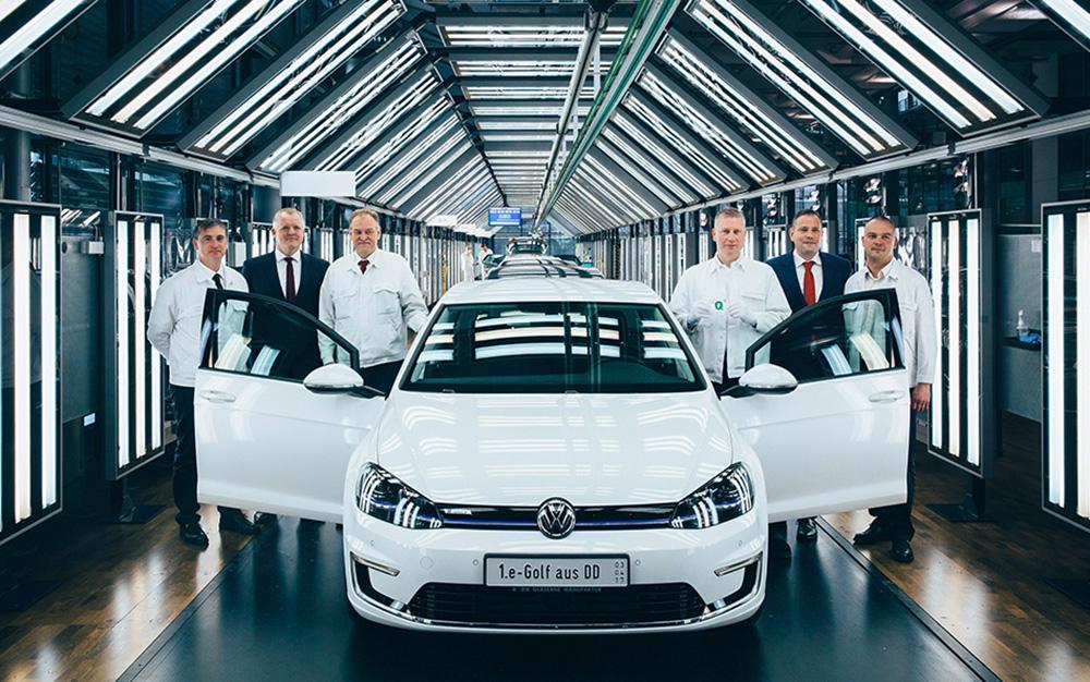 """Fährt seit Anfang März 2018 die zweite Schicht: Das Personal der """"Gläsernen Manufaktur"""" am VW-Standort Dresden hat mit dem e-Golf alle Hände voll zu tun. Der immer beliebter werdende Stromer ist für das Jahr 2018 bereits ausverkauft."""