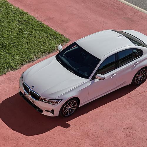 BMW 3er, Halbseitenansicht von vorne oben ,stehend, weiß