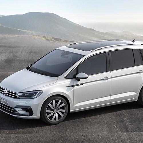 VW Touran, Halbseitenansicht von vorn, stehend, weiß