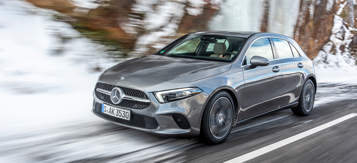 Mercedes A-Klasse, Halbseitenansichtvon vorne, fahrend, grau