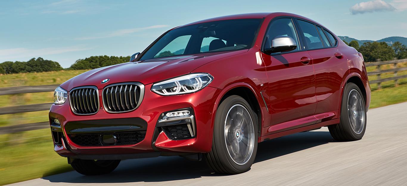 Halbseitenansicht eines BMW X4, fahrend, rot