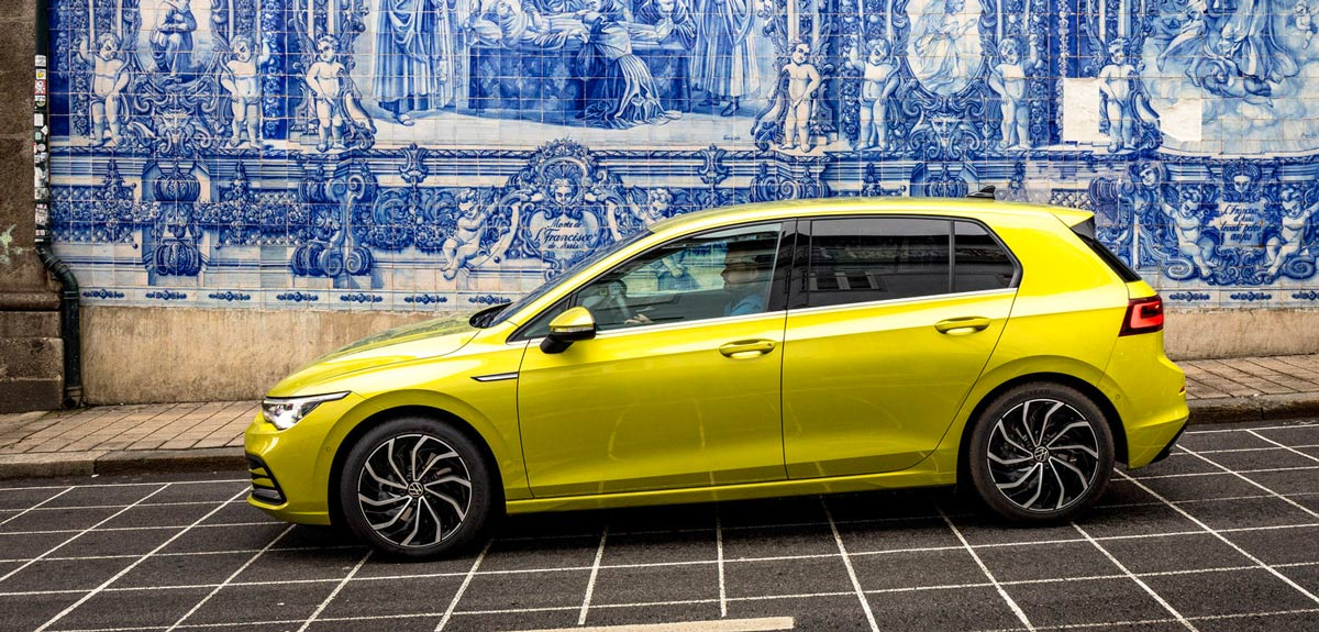 VW Golf 8, Seitenansicht, stehend, gelb