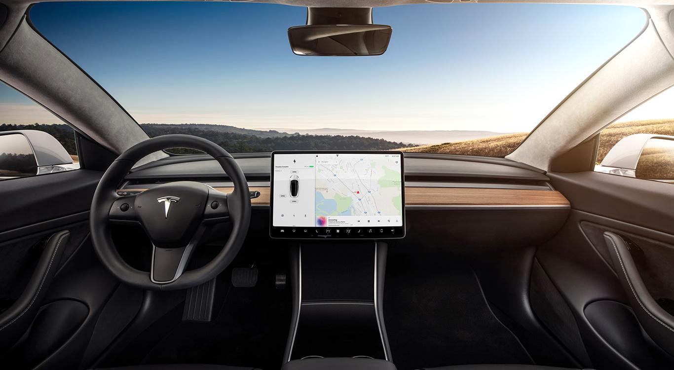 Analoge Instrumente sucht man beim Tesla Model 3 vergebens. Hier spielt sich alles über einen riesigen, mittig platzierten Touchscreen ab.