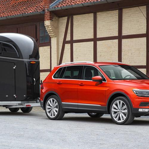 VW Tiguan, Halbseitenansicht von vorn, rot, stehend mit Anhänger