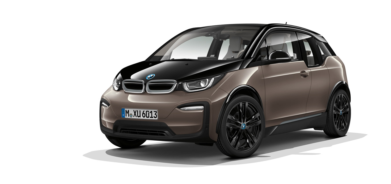 Ein brauner BMW i3, Halbseitenansicht von vorne, stehend