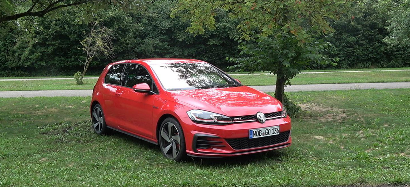 Ein roter VW Golf VII GTI Performance Facelift 2017.