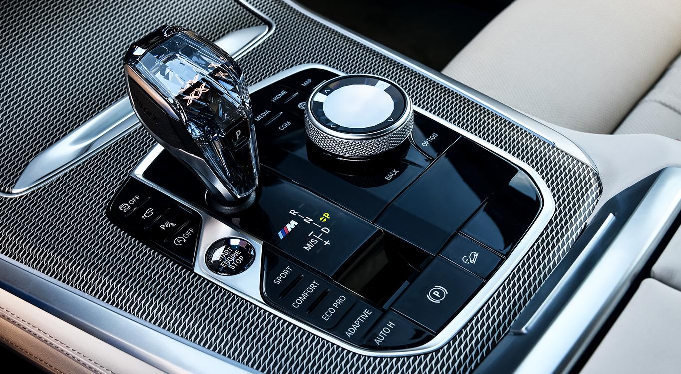 Der neue BMW X5 hat ein edles Ambiente, Drehregler an der Mittelkonsole und auf Wunsch ein adaptives Sportfahrwerk an Bord.
