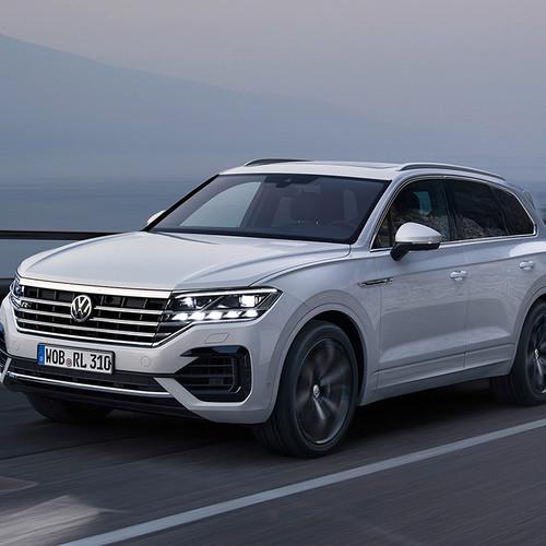 VW Touareg 2018, weiß, Fahraufnahme