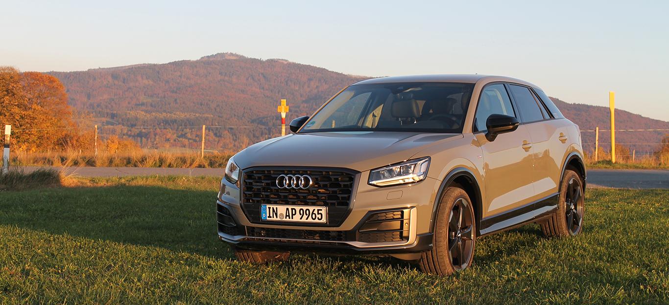 Audi Q2, Halbseitenansicht von vorn, stehend, grau