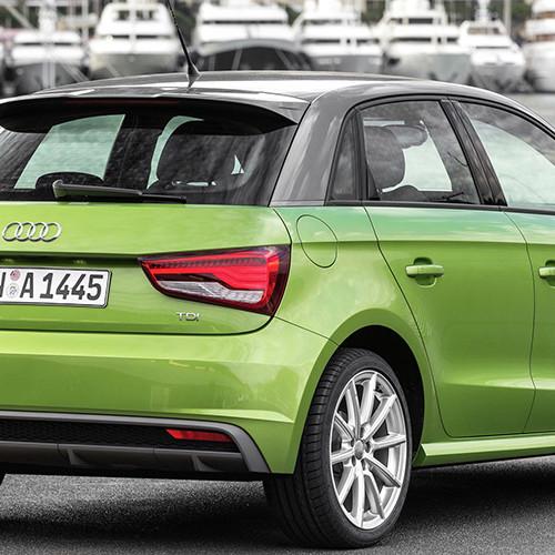 Ein grüner Audi A1 von hinten.