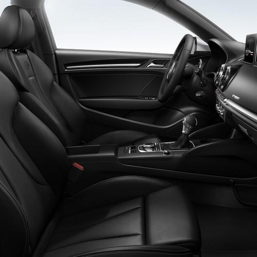 Innenansicht Audi A3 Sportback mit Sportpaket, komplett in Schwarz gehalten.