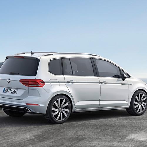 VW Touran, Halbseitenansicht von hinten, stehend, weiß