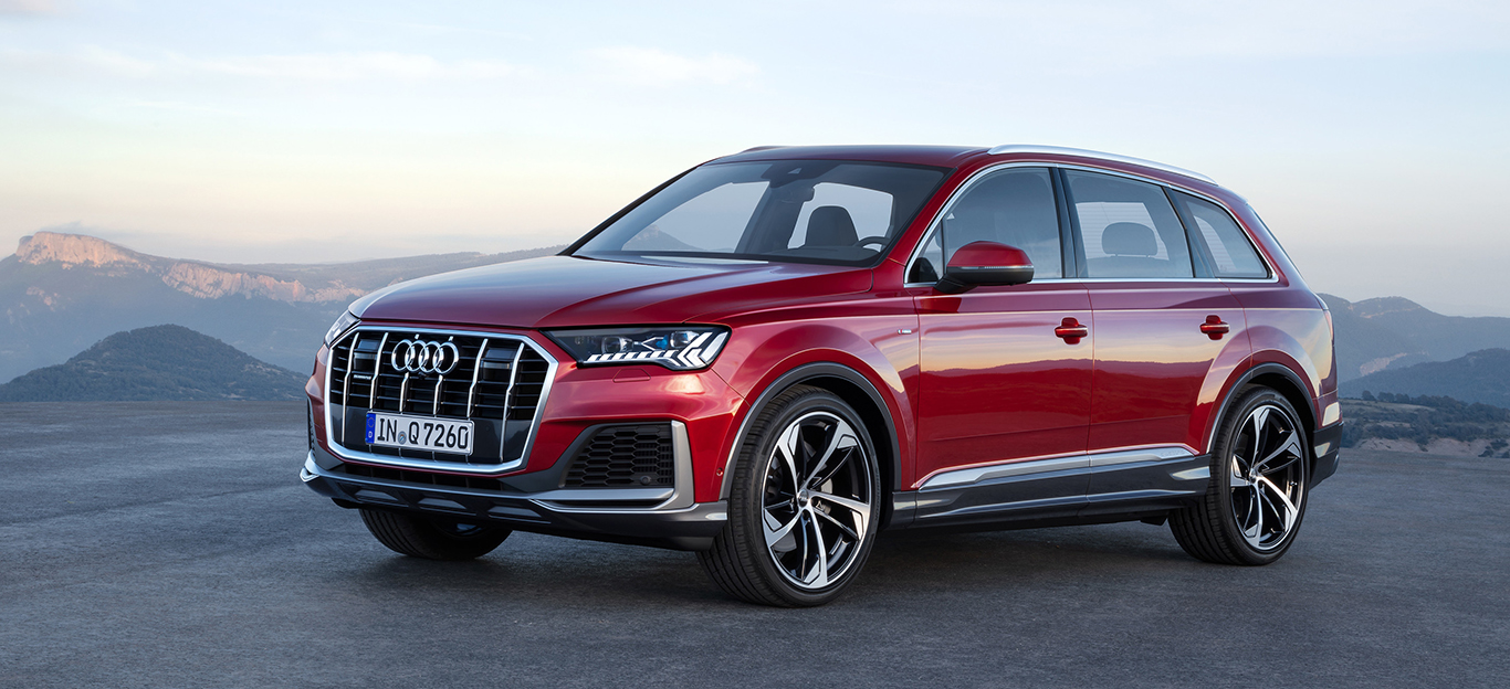 Audi Q7, Halbseitenansicht von vorn, fahrend, rot