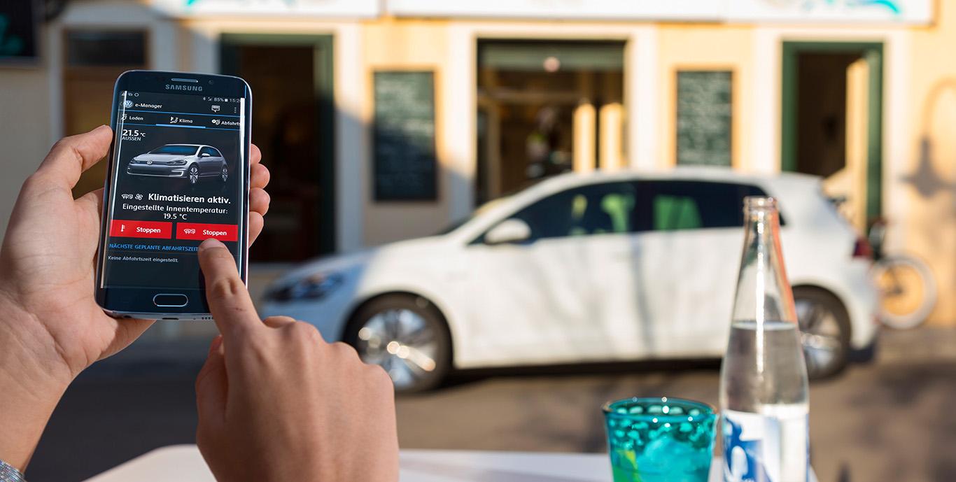 Der e-Golf punktete unter anderem mit vielen Technikneuheiten in der Kompaktklasse - wie hier mit der Funktionssteuerung via Smartphone.