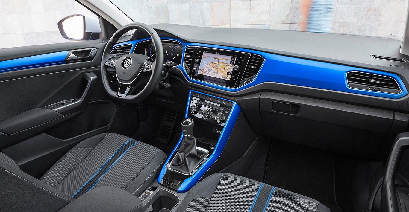 """Doch lässt sich das Interieur des T-Roc """"Style"""" gegen Aufpreis mit dreierlei Farbgebungen individualisieren. Hier im Bild: """"Ravennablau matt"""". Alternativen sind """"Energetic Orange matt"""" und """"Kurkumagelb matt"""". - Foto: VW"""