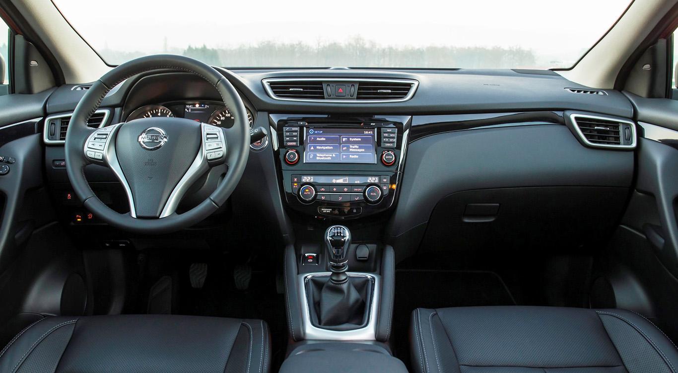 Der Nissan Qashqai 2 besitzt ein aufgeräumtes Cockpit, ein mittig platziertes Infotainment und Aluminium-Komponenten.