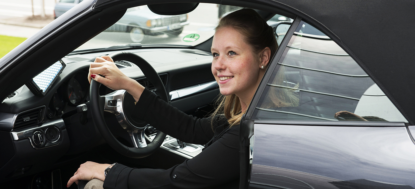 Autokauf, Ratgeber, Tipps, Frau am Steuer