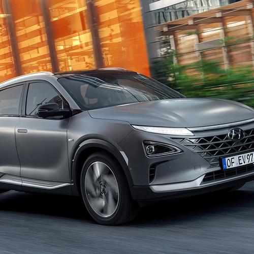Hyundai Nexo, Halbseitenansicht von vorn, fahrend, grau
