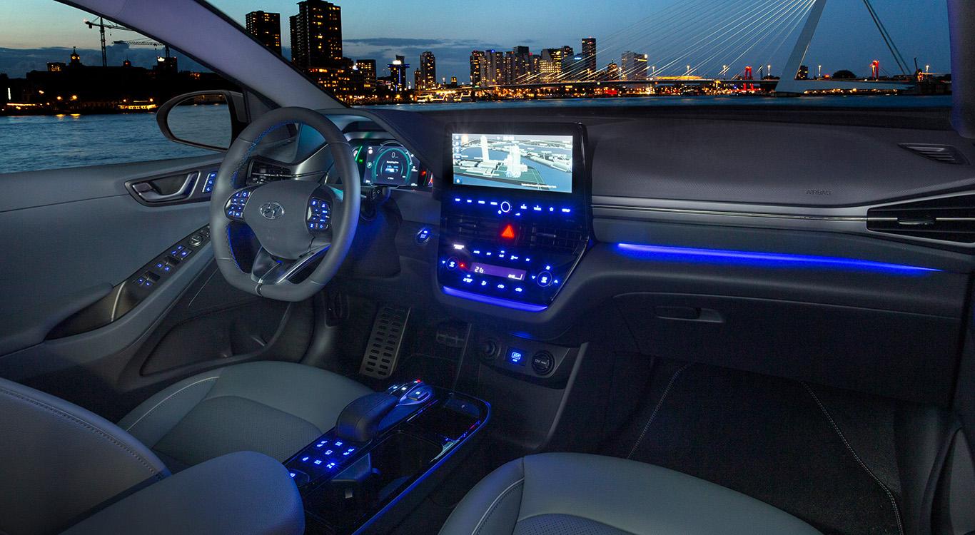 Blaue Ambiente-Beleuchtung und ein großer Bildschirm: Das Cockpit des Hyundai Ioniq Elektro erstrahlt im neuen Glanz.