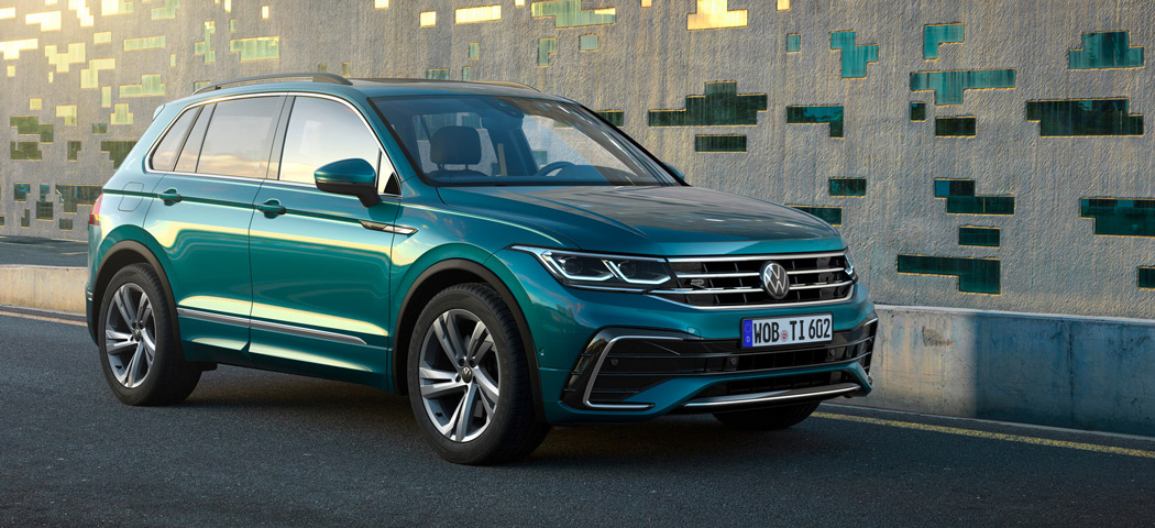 VW Tiguan, Halbseitenansicht von vorne, stehend, grau