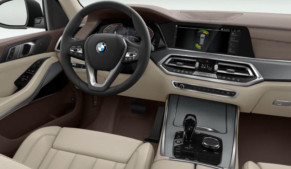 """Polsterung in Leder """"Vernasca"""", designperforiert und in Canberrabeige/Mokka. Dazu Zierleisten in Aluminium """"Mesheffect"""". Das gehört zum Standard unseres BMW X5, gefällt uns und bringt keine Extra-Kosten."""