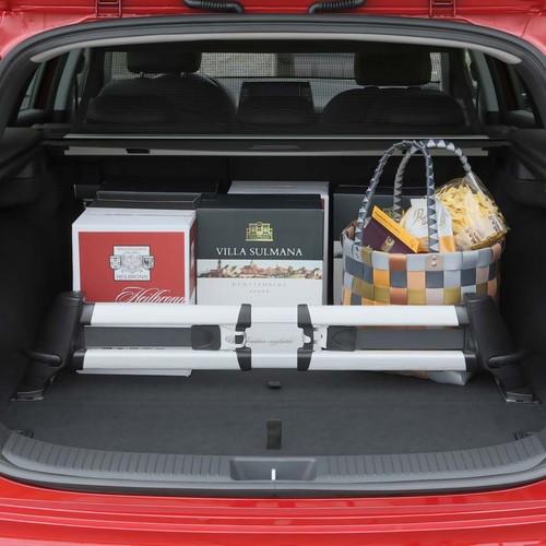 Der Kofferaum eines roten Hyundai i30