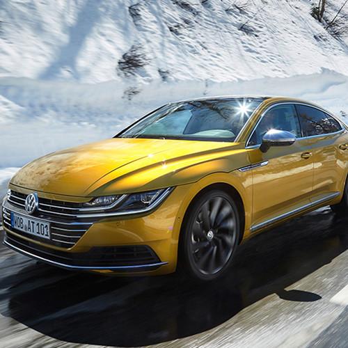 VW Arteon, Halbseitenansicht von vorn, fahrend, kurkumagelb