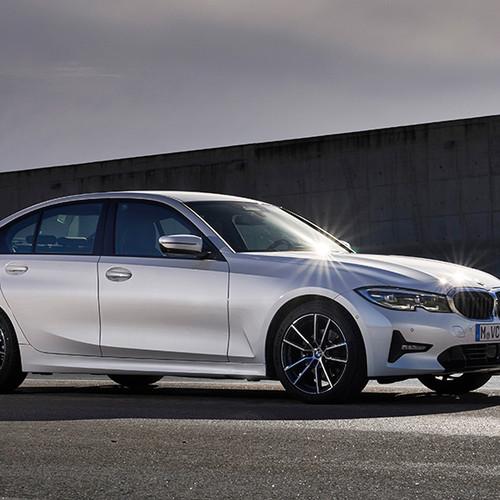 BMW 3er, Halbseitenansicht von vorn, fahrend, weiß