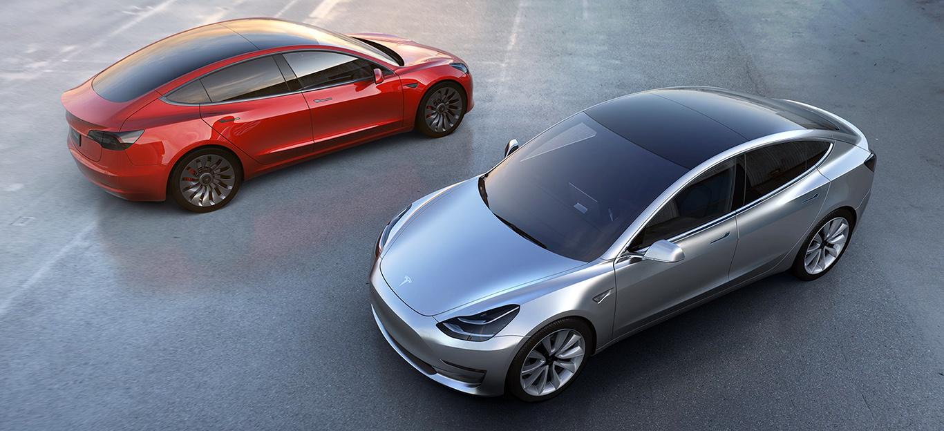 Tesla Model 3, zwei Modelle, rot und silber, stehend, Panorama